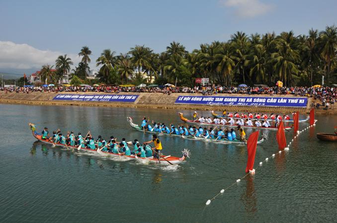 Đua thuyền rồng trên sông Tam Giang